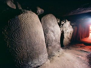 woolfitt adam passage in grave gavrinis carnac brittany france 300x225 LA TUMBA DE GAVRINIS